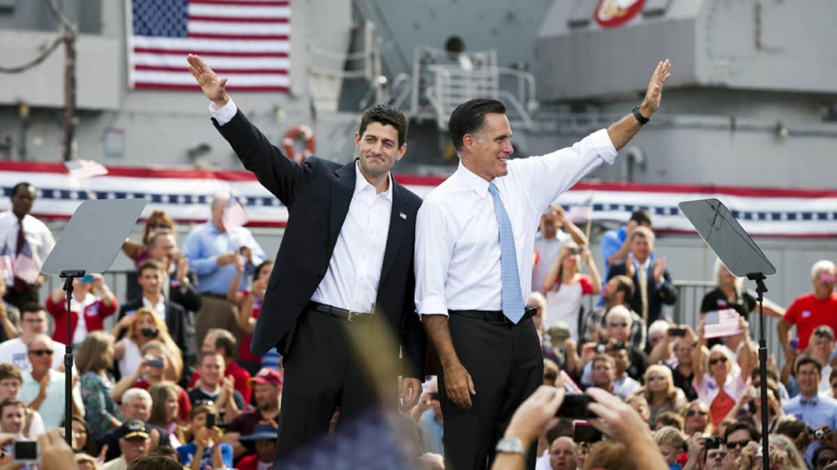 Mitt Romney ja Paul Ryan vilkuttavat yleisölle Virginiassa lauantaina.