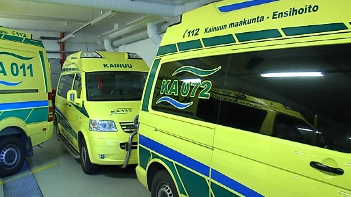 Ambulansseja tallissa