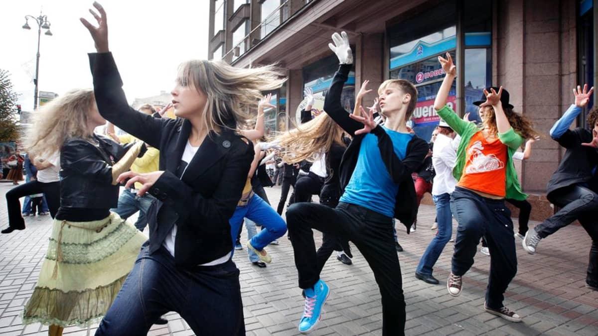 Nuoret tanssivat kadulla flash mob -tapahtumassa Kiovassa.
