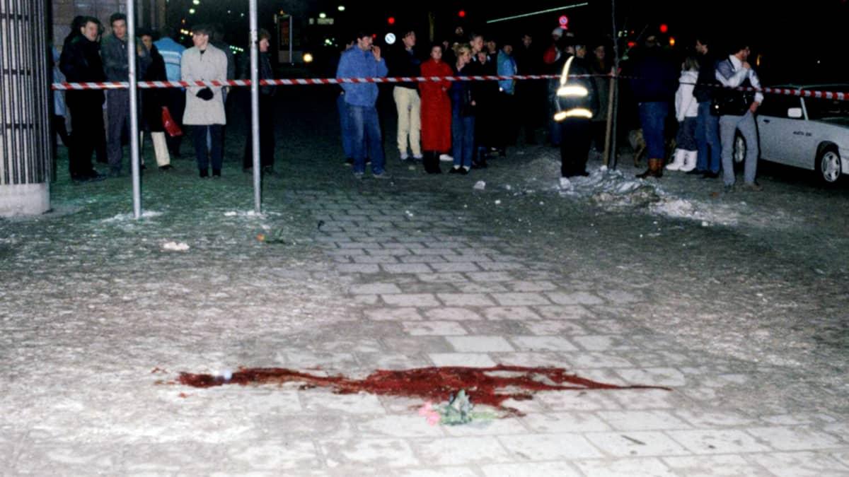 Ihmisiä poliisin eristysnauhan takana Olof Palmen murhapaikalla Tukholmassa.