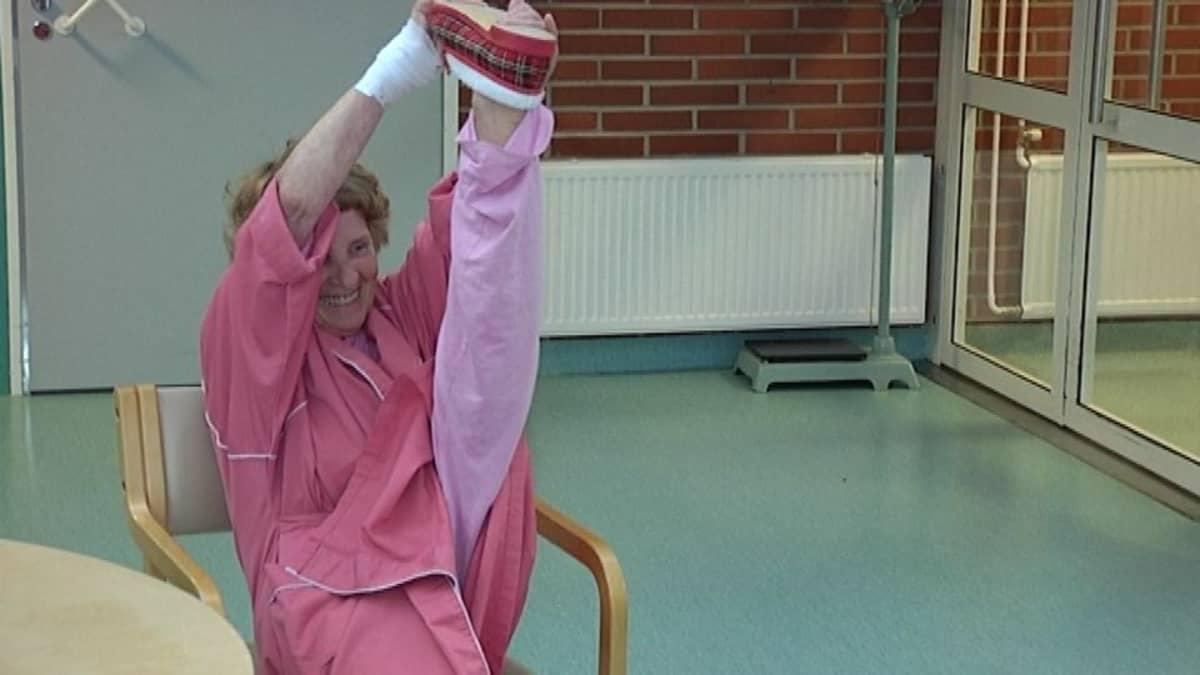 Elsa Ackmanin jalka taipuu kevyesti.