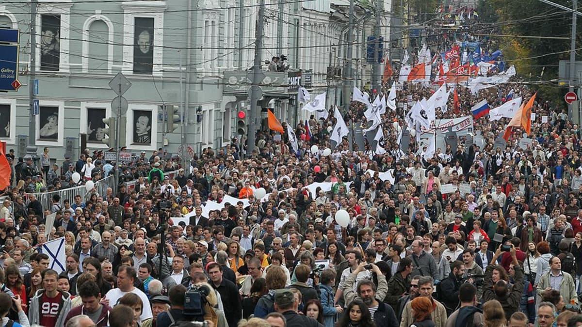 Opposition kannattajia mielenosoitusmarssilla.
