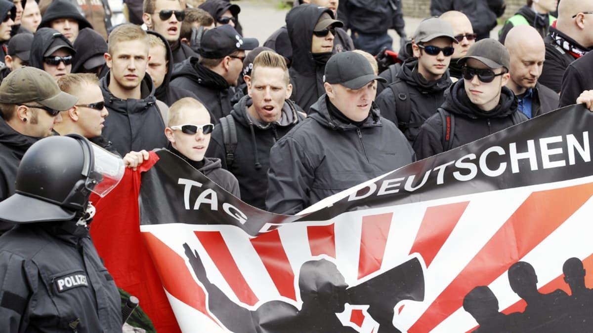 Saksalaiset äärioikeiston kannattajat marssivat Hampurissa