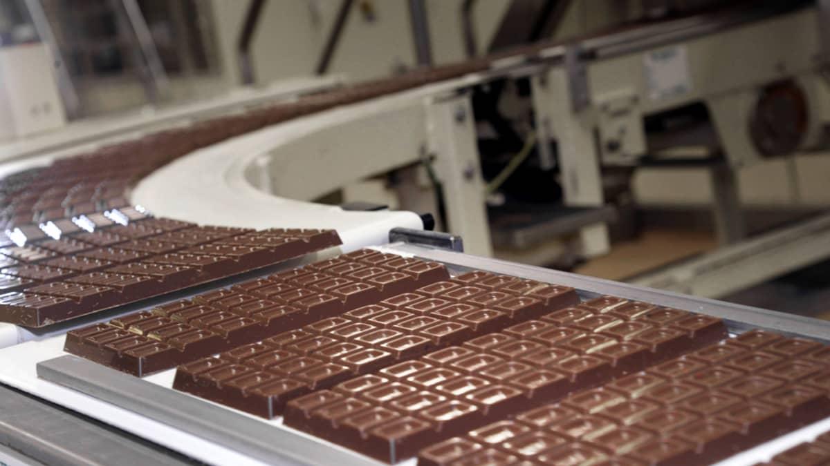 Fazerin Sininen -suklaan valmistusta Fazerin tehtaalla Vantaalla.