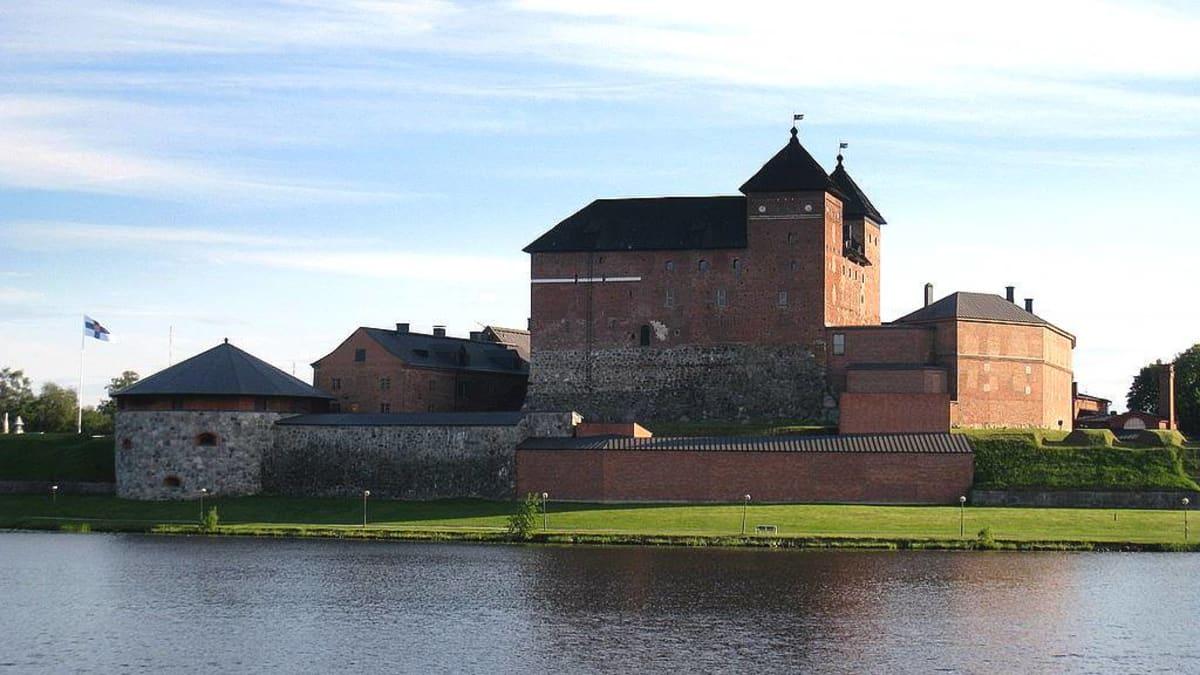 Hämeen vanha linna Vanajavedeltä katsottuna