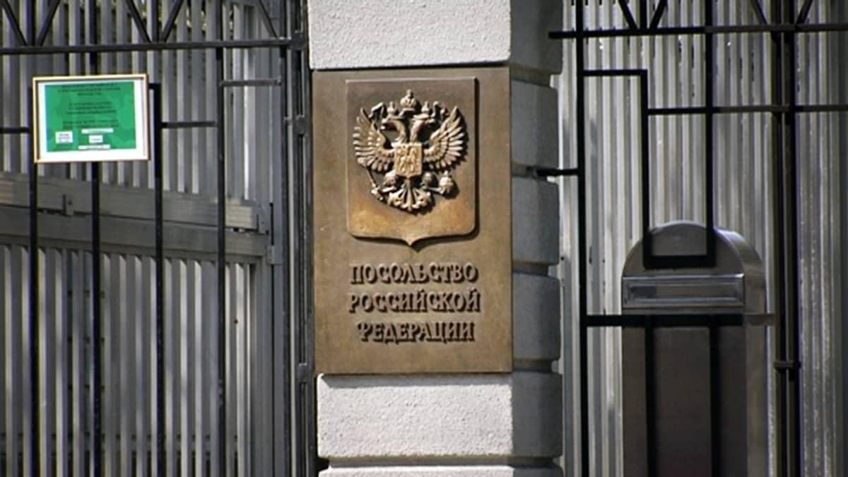 Venäjän suurlähetystön portti Helsingin Tehtaankadulla.