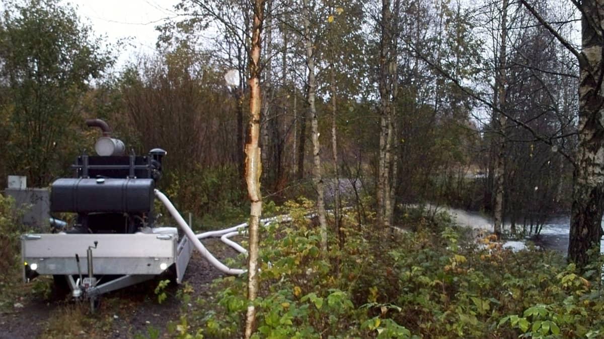 Tulvavettä pumpataan Ulvilan Paluksella pelastuslaitoksen suurtehopumpulla.