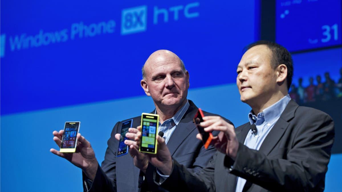 Ballmer ja Chou lavalla puhelimia käsissään.