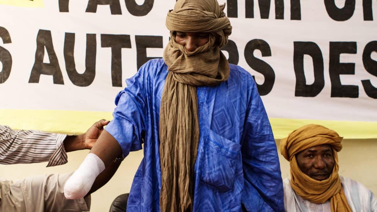 Syytettynä osallisuudesta National Movement for the Liberation of Azawad -liikkeeseen islamistiryhmittymä Movement for Unity and Jihad in West Africa katkaisi Alhader Ag Almahmoudin käden. Kuva Amnesty Internationalin lehdistötilaisuudesta Bamakossa, Malissa, 20. syyskuuta 2012.