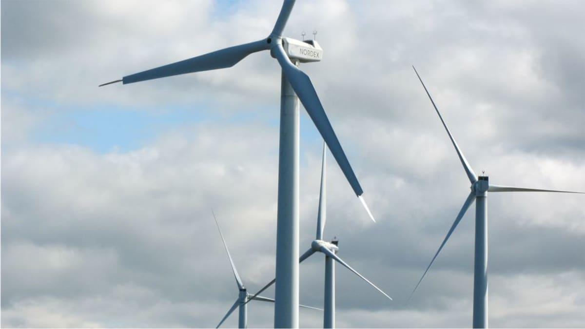 Tuulivoimaloita.