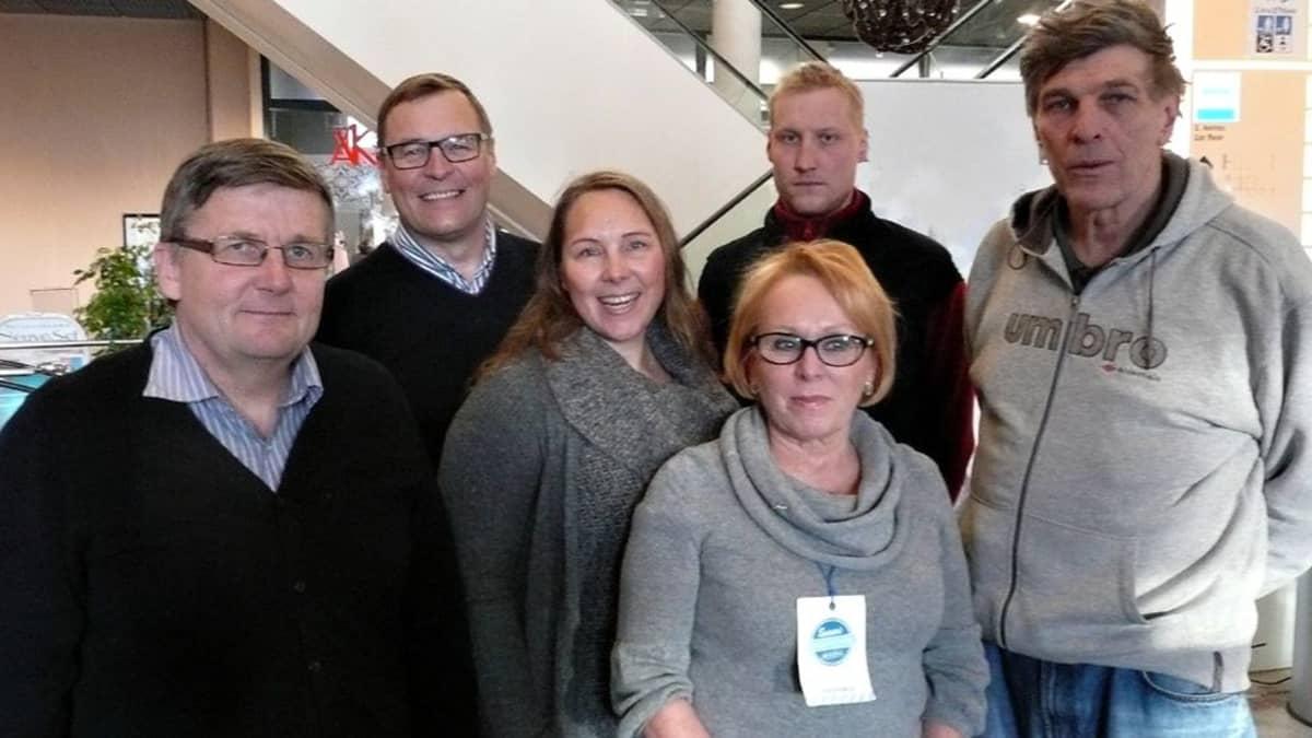 Kuvassa vasemmalta: Sakari Trög (kesk.), Matti Torvinen (ps.), Sari Hänninen (vihr.), Maarit Airaksinen (kok.), Mikko Rapo (sd.) ja Esko-Juhani Tennilä (vas.).