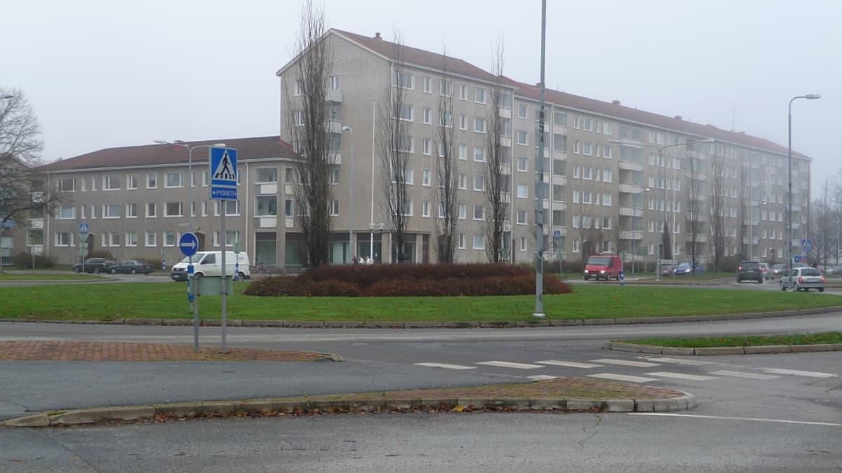 Satakunnankadulla sijaitseva kolmen taloyhtiön kerrostalo Porin keskustassa.