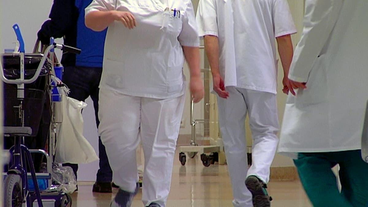 Hoitohenkilökuntaa sairaalan käytävällä.