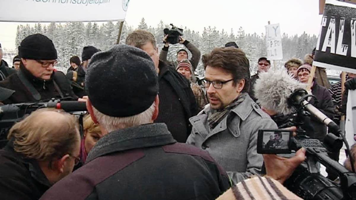 Ympäristöministeri Ville Niinistö Talvivaarassa toimittajien ja aktivistien ympäröimänä.