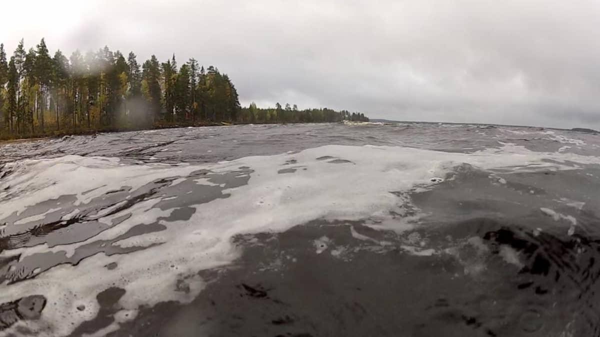 Vaahtoa Laakajärven laineilla.