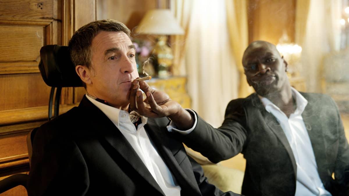 Olivier Nakachen ja Eric Toledanon ohjaama elokuva on hurmannut yleisöjä jo lukuisilla elokuvajuhlilla ympäri maailmaa. Pääosissa vasemmalta lukien Philippe (François Cluzet) ja Driss (Omar Sy).