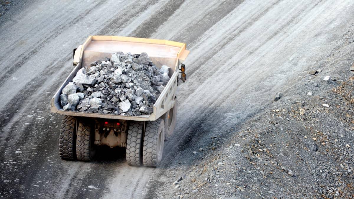 Kuorma-auto kivilastissa avolouhoksella Agnico-Eaglen kultakaivoksella Kittilässä