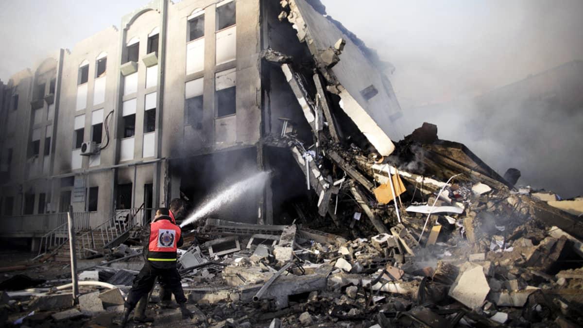 Palestiinalaiset palomiehet sammuttivat Israelin ilmaiskun aiheuttamaa tulipaloa Gazassa.
