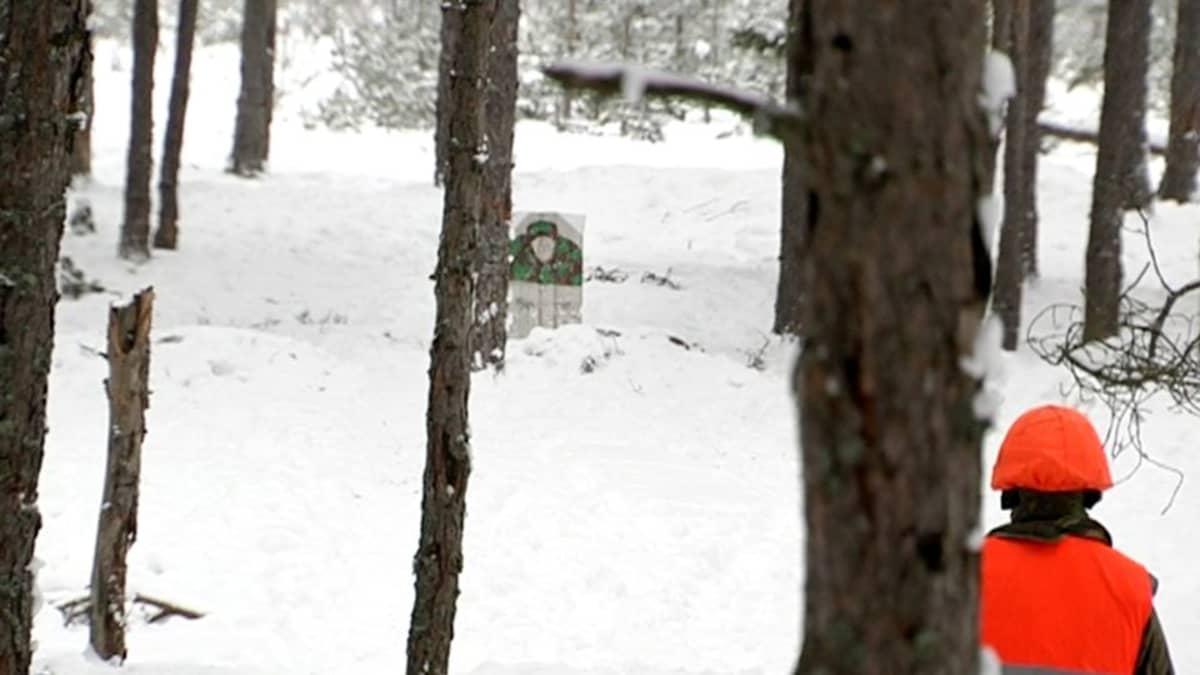 Armeijan ampumaharjoitus ihmismaalitaululla Dragsvikissa.