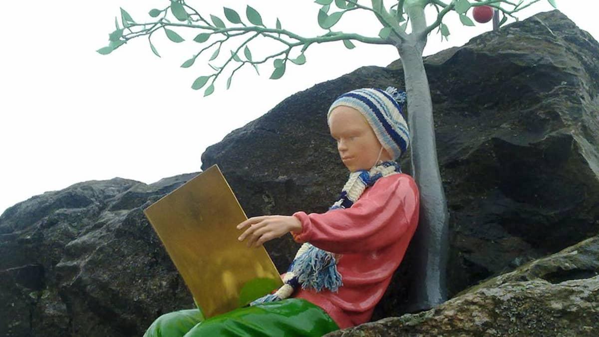 Kuvassa Snellmanin patsas kivellä susteinaan pipo ja kaulahuivi