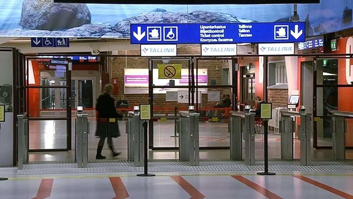 Matkustajia Länsiterminaalissa Helsingissä.