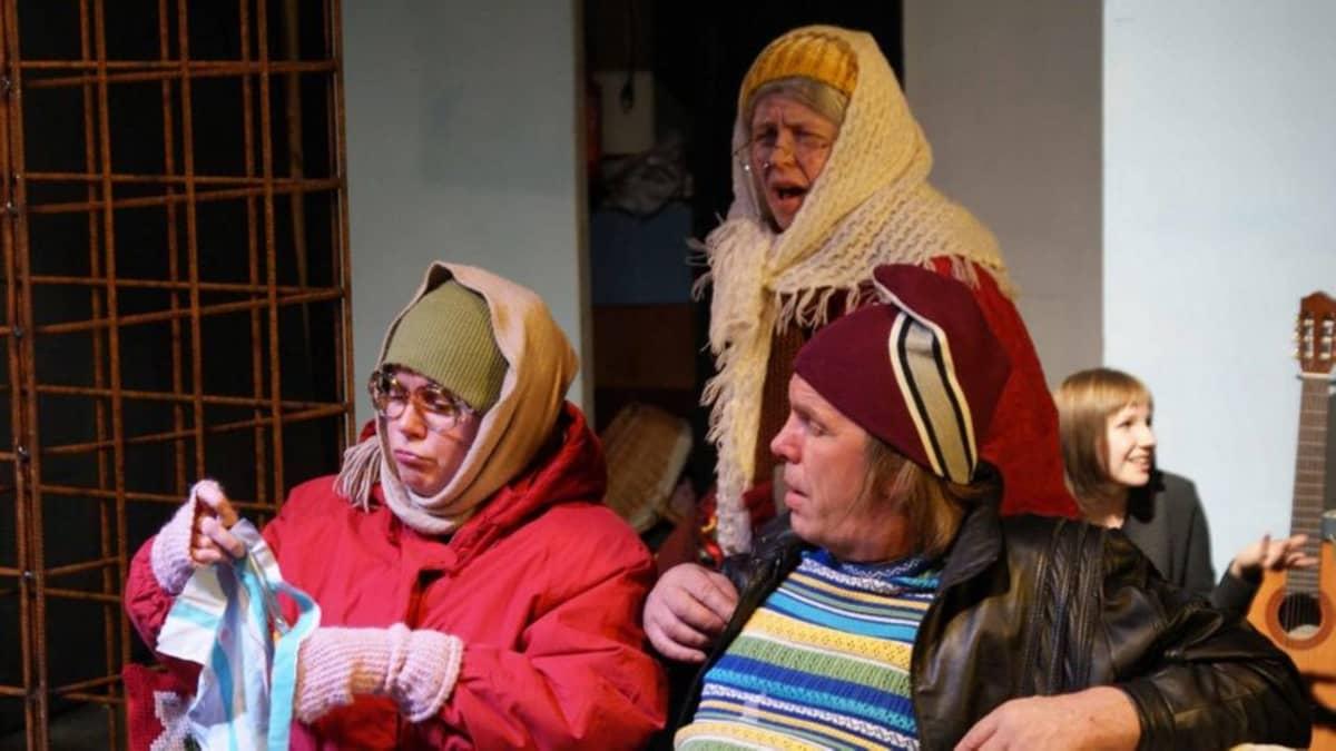 Suvi-Sisko Villanen (vas.), Anne Suomalainen ja Antti Riikonen edustavat kolmea köyhyyden sukupolvea Irti-Teatterin versiossa Sirkku Peltolan Lämminverisissä.