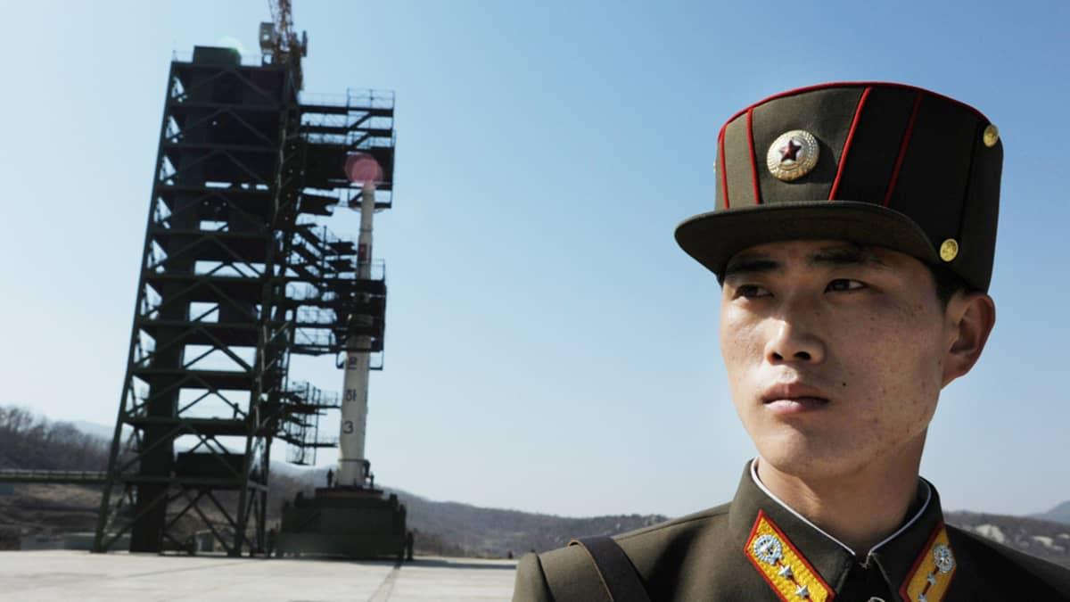 Pohjoiskorealainen sotilas vartioi Unha-3 rakettia Tangachai -rin avaruuskeskuksessa 8. huhtikuuta 2012.