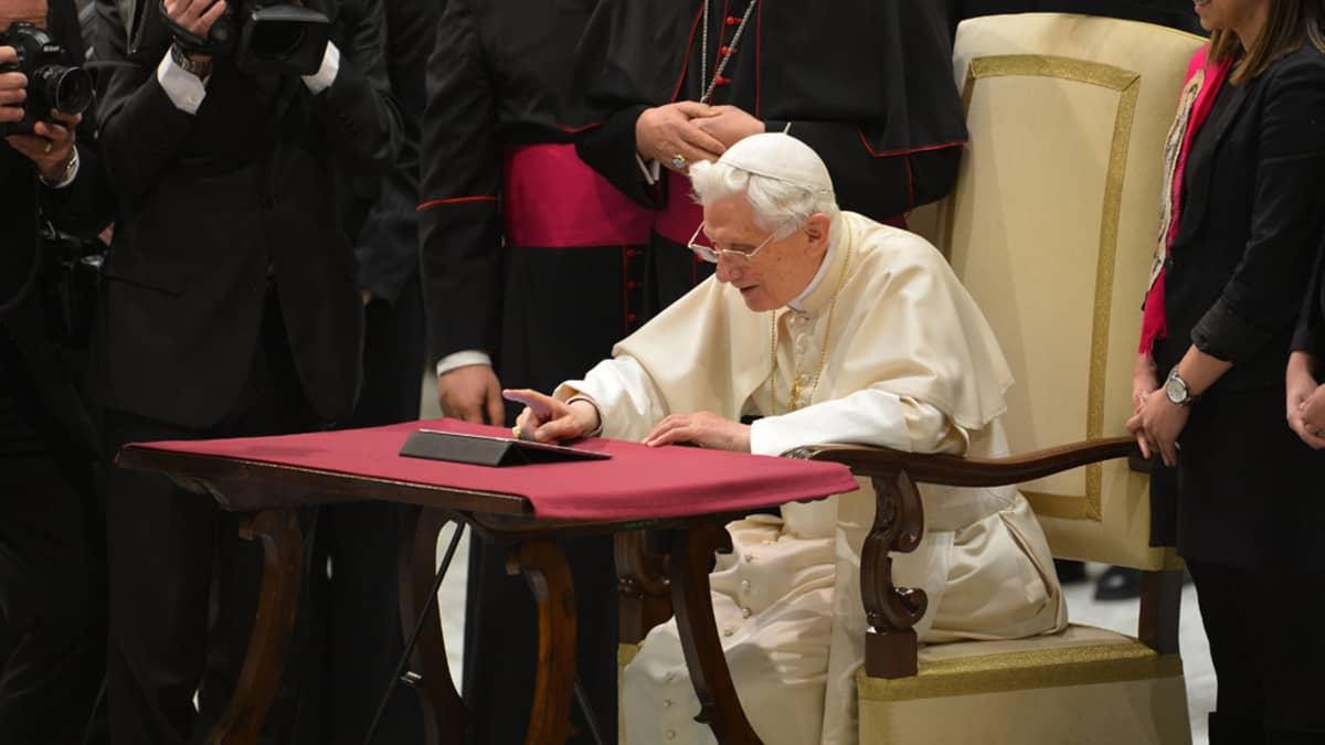 Paavi Benedictus XVI lähetti ensimmäisen Twitter-viestinsä Vatikaanissa 12. joulukuuta 2012.