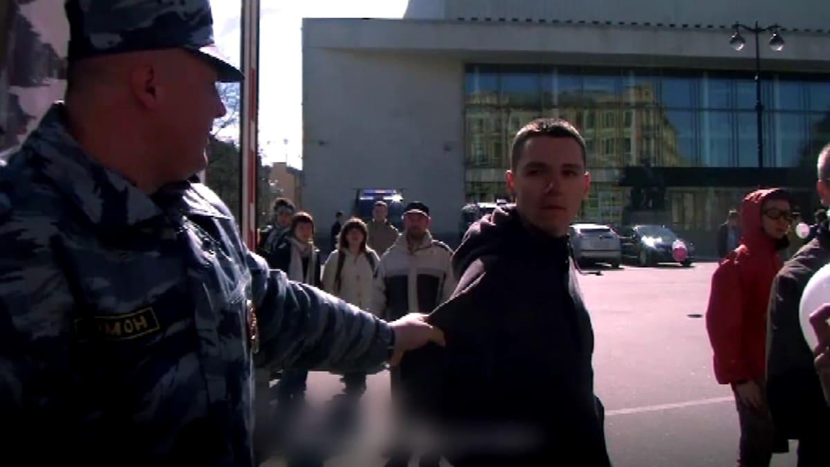 Homoaktivisti Pietarissa, poliisi tarttunut kiinni.