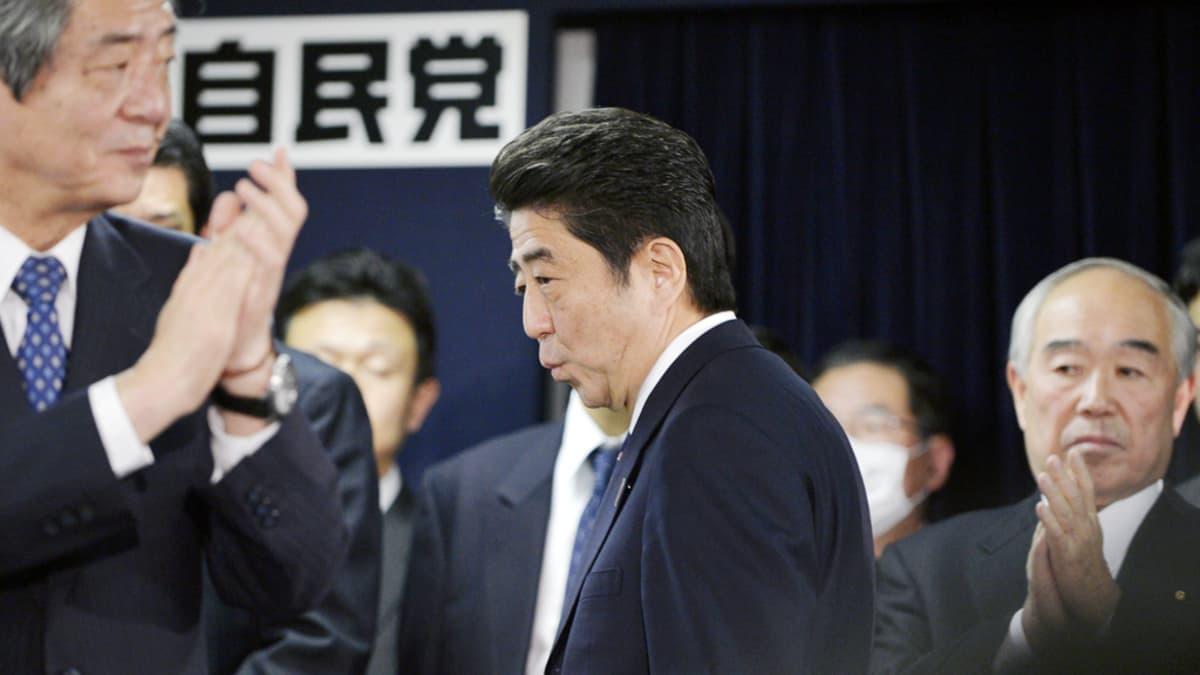 Shinzo Abe saapumassa LDP-puolueen päämajaan juhlistamaan vaalivoittoa Tokiossa.