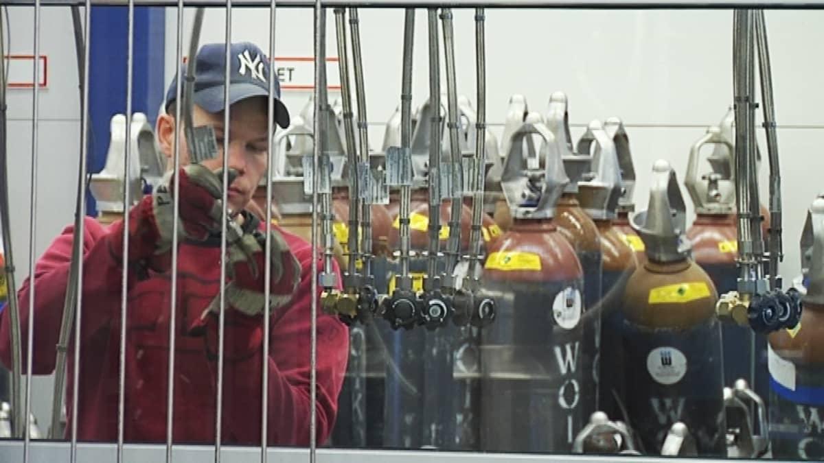Työntekijä työssään Woikosken kaasutehtaalla Mäntyharjussa.