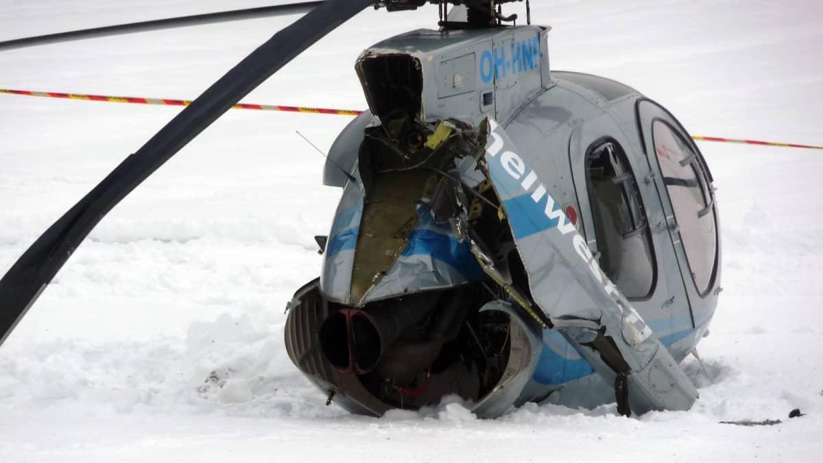 Pellolle hätälaskun tehnyt helikopteri lähikuvassa
