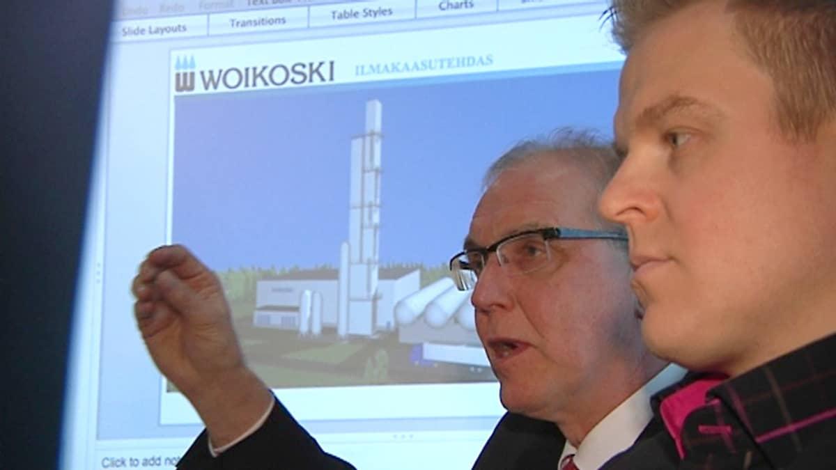 Toimitusjohtaja Kalevi Korjala ja projektipäällikkö Erkka Hautanen, taustalla kuva uudesta tehtaasta.