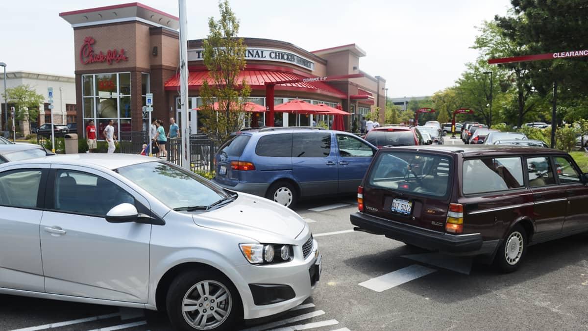 Autoja pikaruokaravintolan edustalla.
