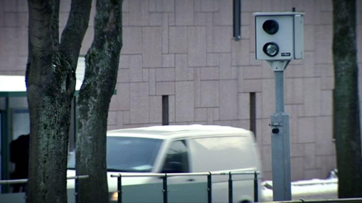 Automaattinen poliisin valvontakamera valvoo liikennettä Helsingin kadulla.