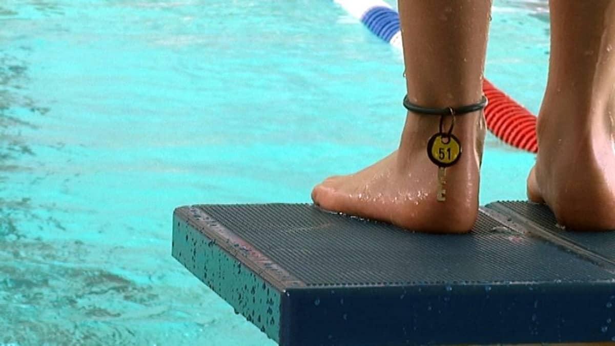 Uimari hyppykorokkeella