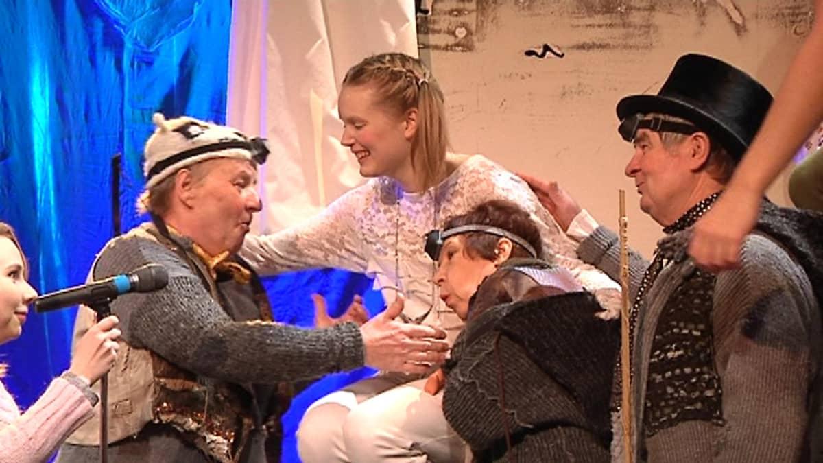 Kadonneet pojat Leenan ympärillä Kokkolan kaupunginteatterin näytelmässä Peter Pan.