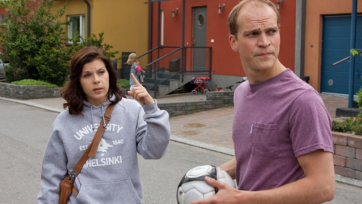 21 tapaa pilata avioliitto on yksi 2010-luvun katsotuimmista kotimaisista elokuvista. Elokuvan pääosia esittävät Armi Toivanen (vas.) ja Riku Nieminen (oik.) eivät kuitenkaan nouse eniten elokuvarooleja tehneiden näyttelijöiden listoille.