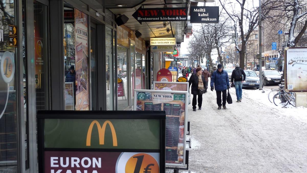 Tampereen Hämeenkatu mainoksineen talvella