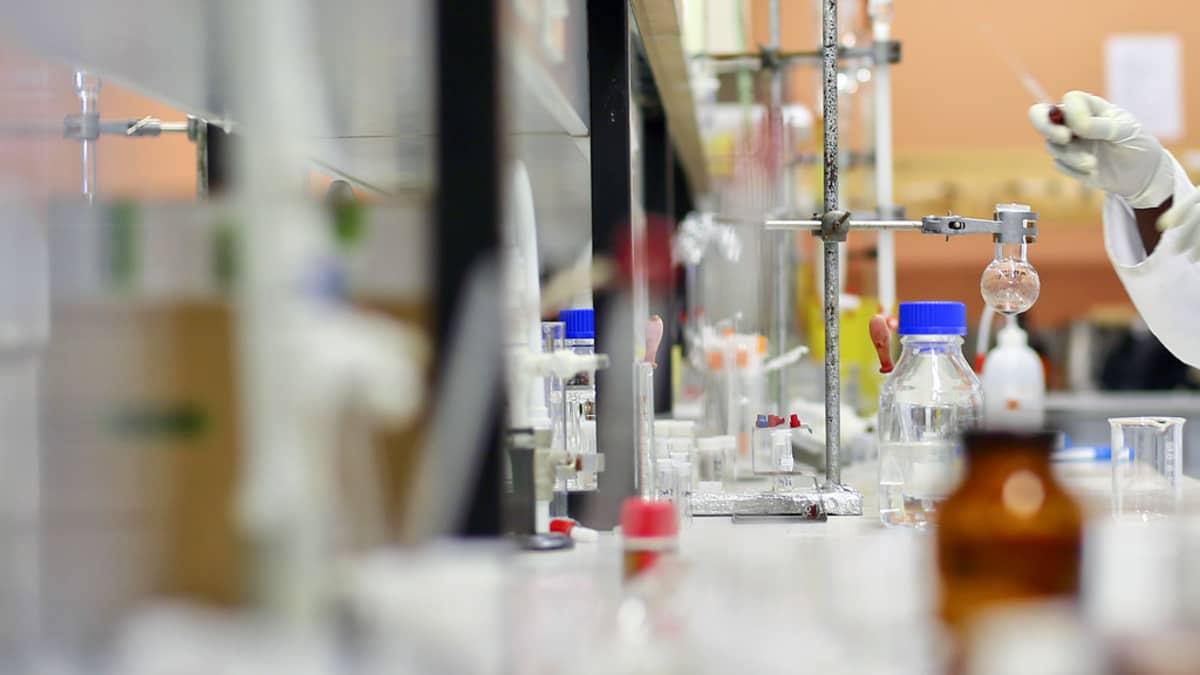 Tutkija työskentelee laboratoriossa.