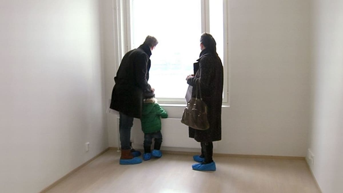 Perhe asuntonäytössä.