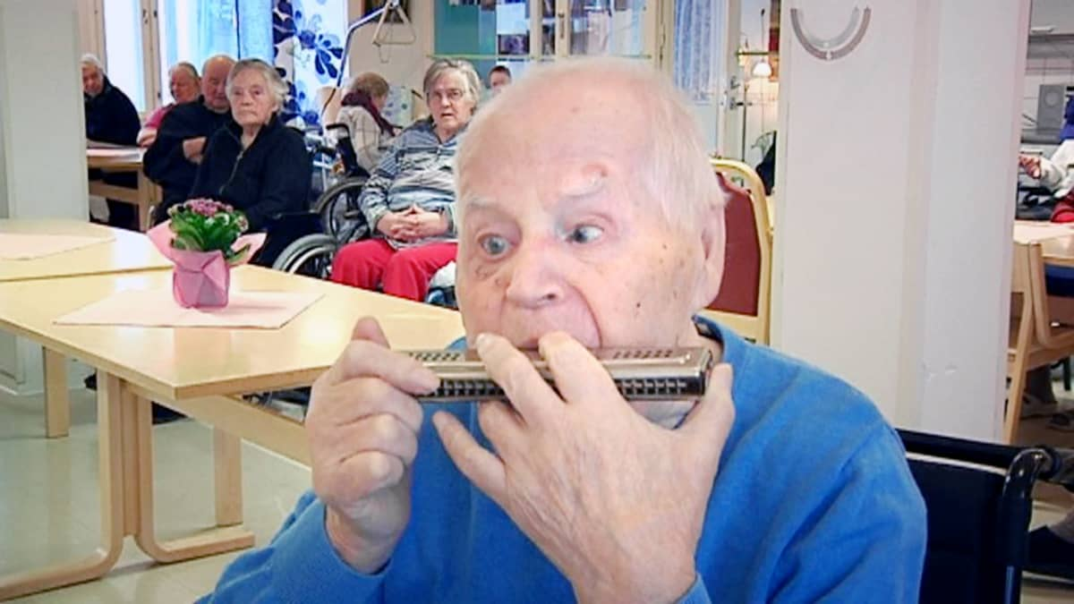 Mies soittaa huuliharppua.