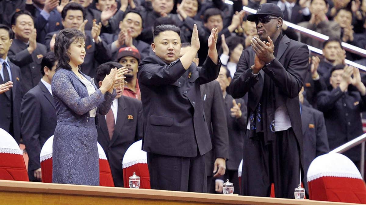 Ri Sol-Jun, Kim Jong-un ja Dennis Rodman seuraavat koripallo-ottelua Pjongjangissa.