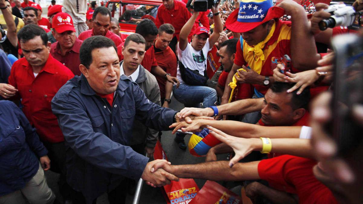 Chávez kättelee kannattajia.