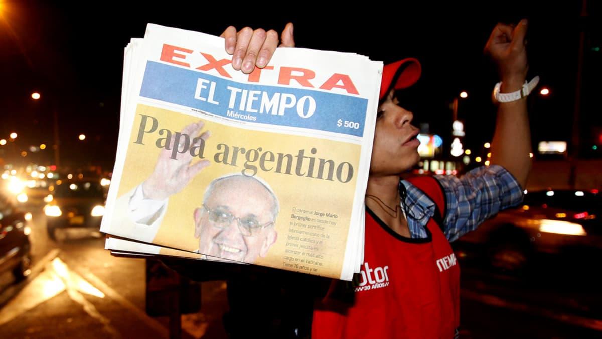 Lehtimyyjä myy uuden paavin kuvalla varustettua sanomalehteä Kolumbian pääkaupungissa Bogotassa.