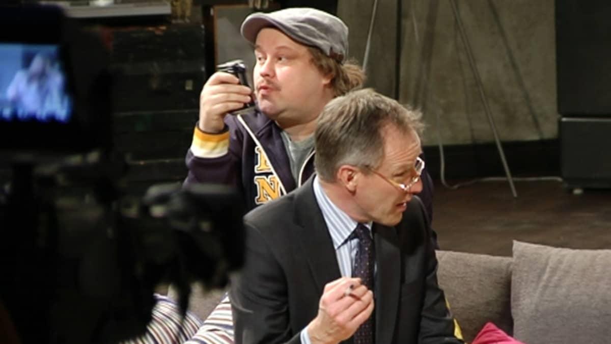 """Taneli Mäkelä (oik.) ja Tuomas """"Tume"""" Uusitalo tilannekomedian harjoituksissa Pasilassa."""