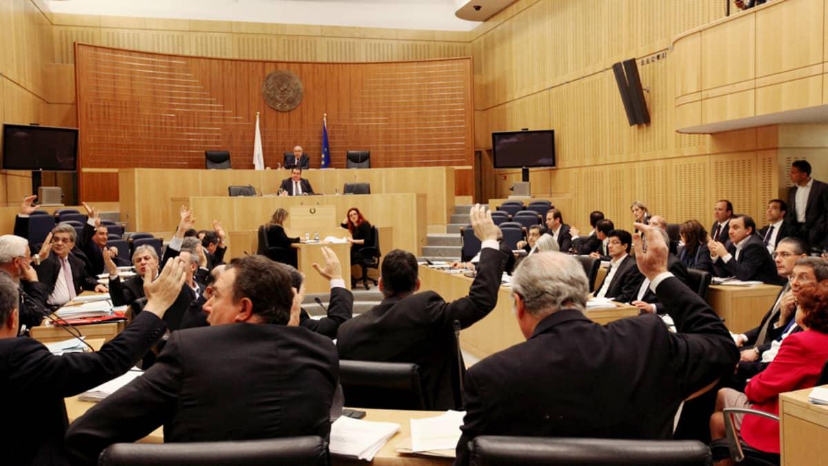 Kyproksen parlamentti äänestää pankkien uudelleenjärjestelystä Nikosissa.