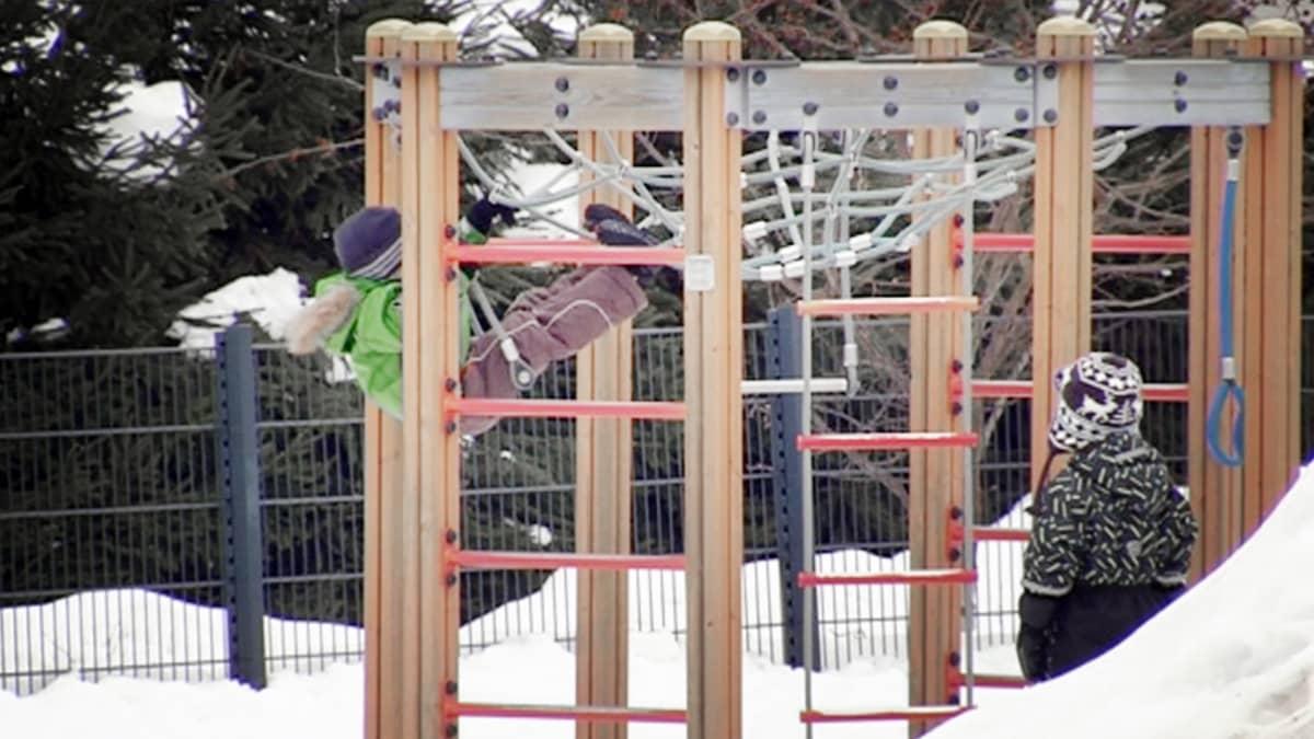 Lapset leikkivät päiväkodin pihalla.