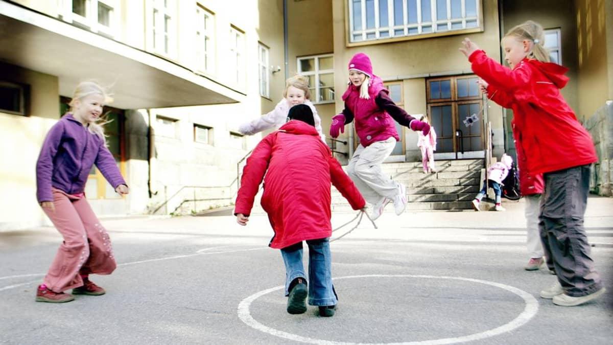 Lapset leikkivät välitunnilla Pispalan koulun pihalla Tampereella.