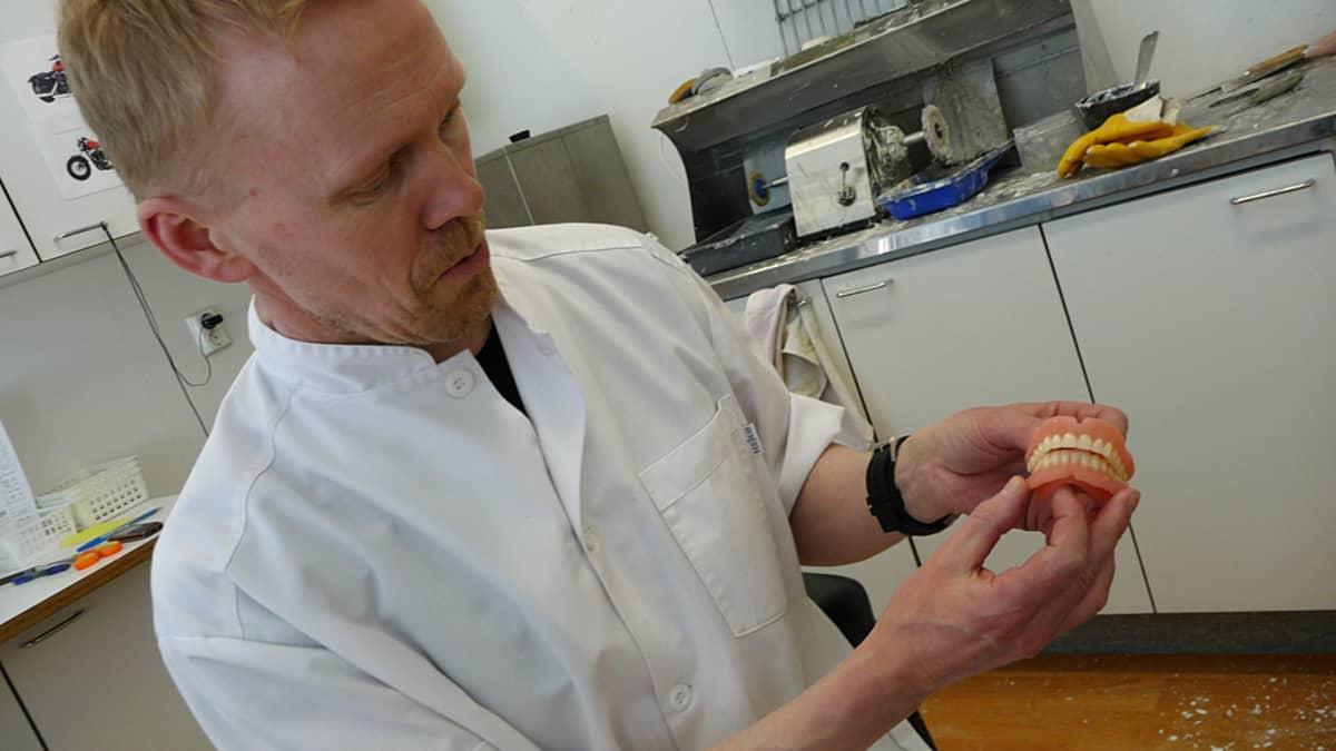 Erikoishammasteknikko Kimmo Kasurinen työjelemässä proteesipajallaan.
